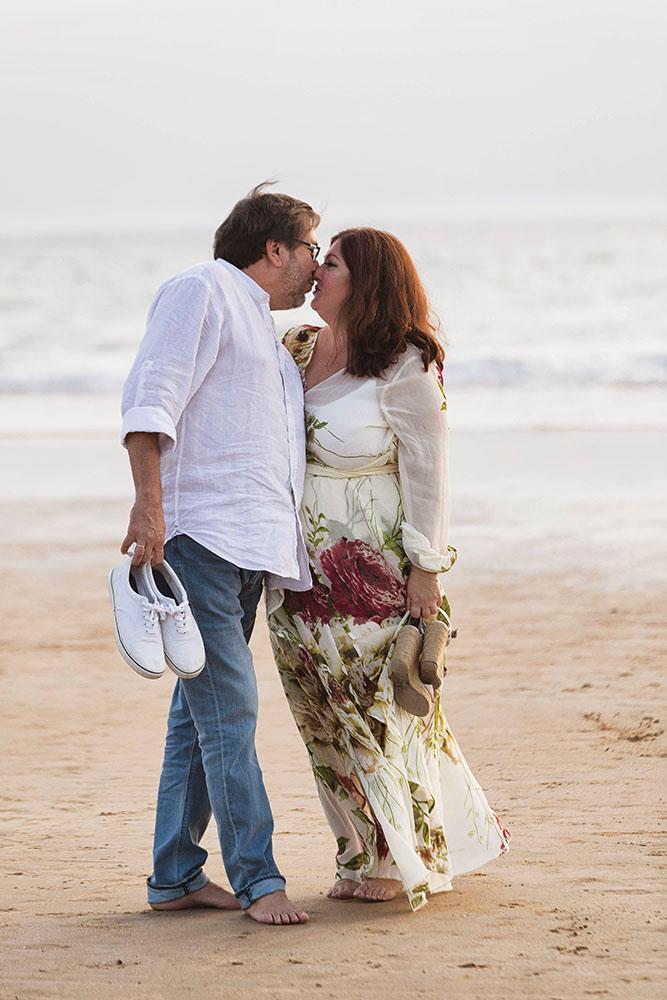 Pareja de Novios en la sesión de fotos en la playa